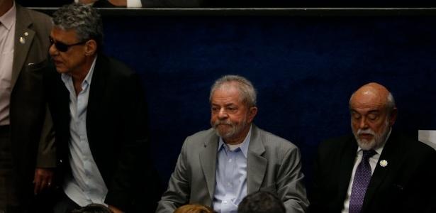 O ex-presidente Lula e o cantor Chico Buarque assistem a defesa da presidente afastada, Dilma Rousseff, no Senado, em Brasília, contra o processo de impeachment - Pedro Ladeira/Folhapress