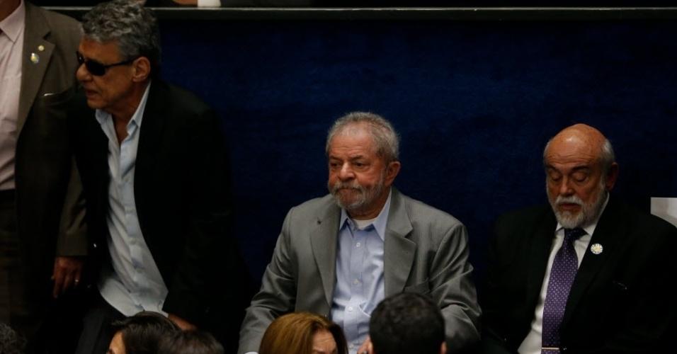 29.ago.2016 - O ex-presidentre Luiz Inácio Lula da Silva e o cantor, compositor e escritor Chico Buarque (à esq.) acompanham da galeria do Senado Federal, em Brasília, a defesa da presidente afastada, Dilma Rousseff, no processo de impeachment