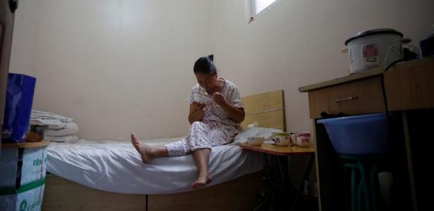 """Mulher que sofre de um câncer cervical e veio do interior da Mongólia come refeição preparada pelo marido em um dos """"hotéis de câncer"""""""