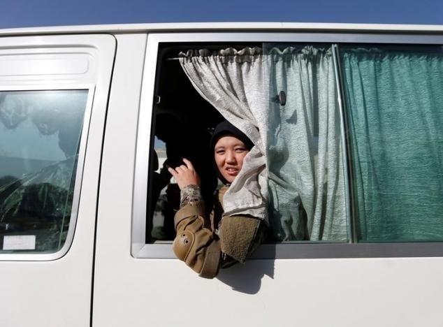 10.nov.2016 - Zarmina Ahmadi, 22, uma soldada do Exército Nacional Afegão olha por uma janela de ônibus no centro de treinamento