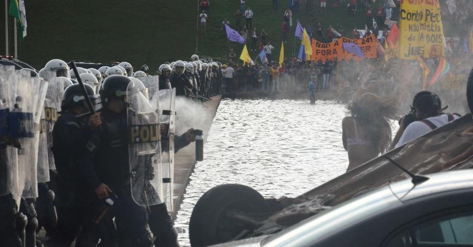 29.nov.2016 - Cerca de 10 mil pessoas participaram no fim da tarde desta terça-feira (29), no gramado em frente ao Congresso Nacional, em Brasília, de uma manifestação contra a aprovação da PEC (Proposta de Emenda à Constituição) do Teto de Gastos que terminou em confusão e detenções