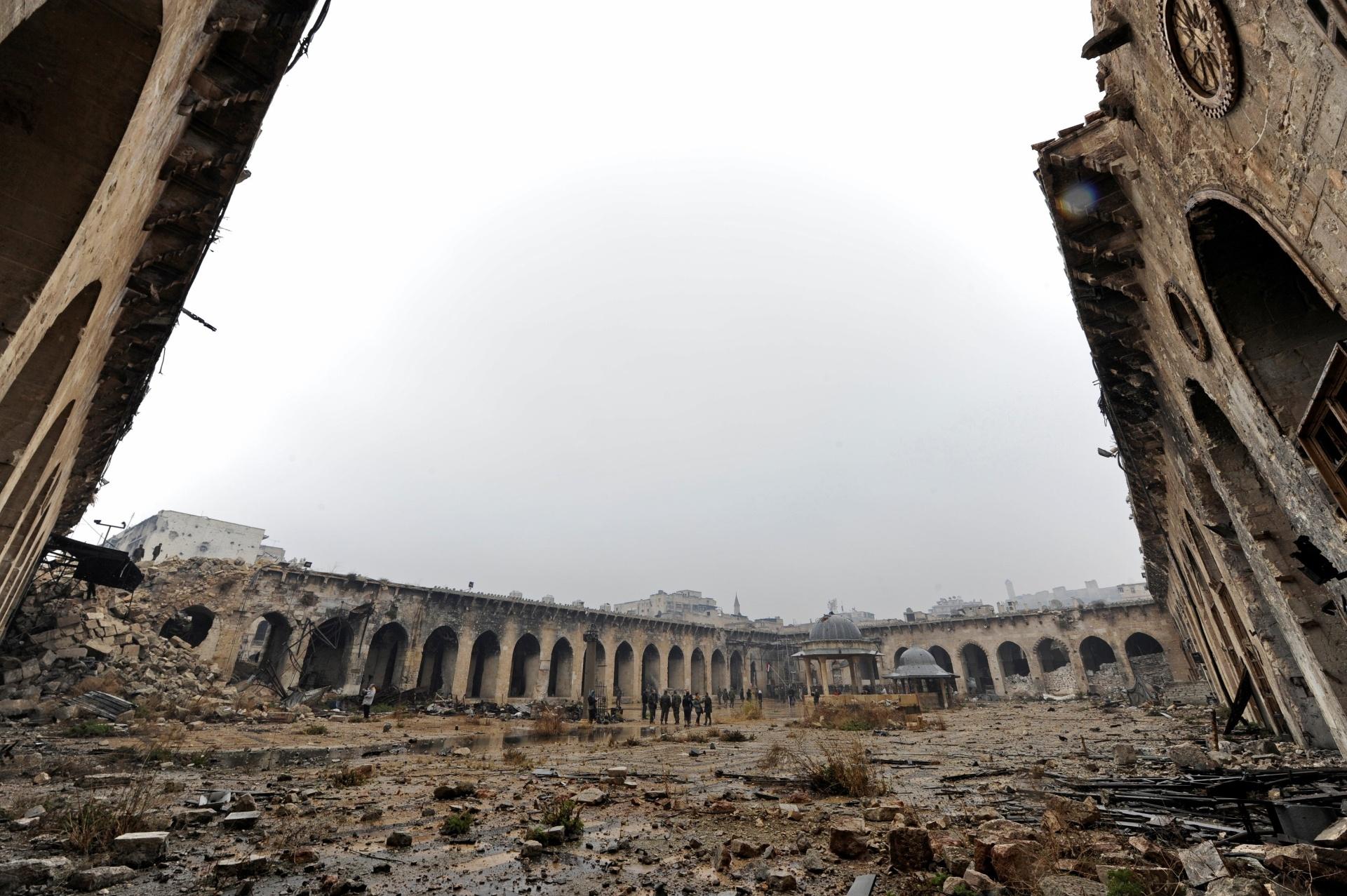 22.dez.2016 - Homens andam pelos destroços encontrados onde antes ficava a mesquita de Umayyad, em Aleppo, na Síria. Esta fotografia foi feita em dezembro de 2016. A cidade foi classificada como Patrimônio da Humanidade pela ONU (Organização das Nações Unidas), e sua destruição causa grande preocupação para arqueólogos e historiadores