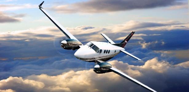 Foto do avião Beechcraft C90GTx, similar ao que caiu em Paraty
