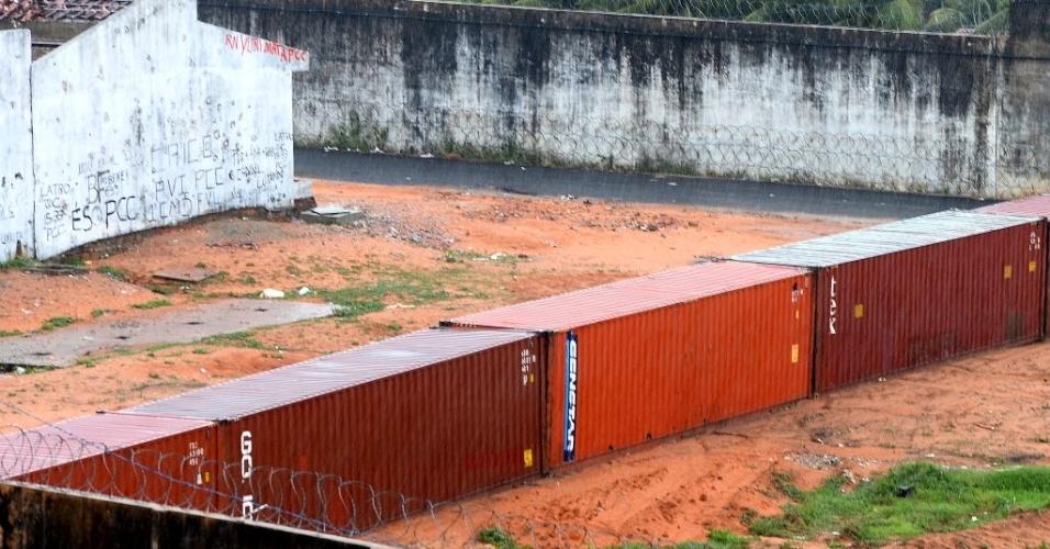22.jan.2017 - Um muro temporário feito com contêineres foi montado para manter separados os presos das duas facções rivais