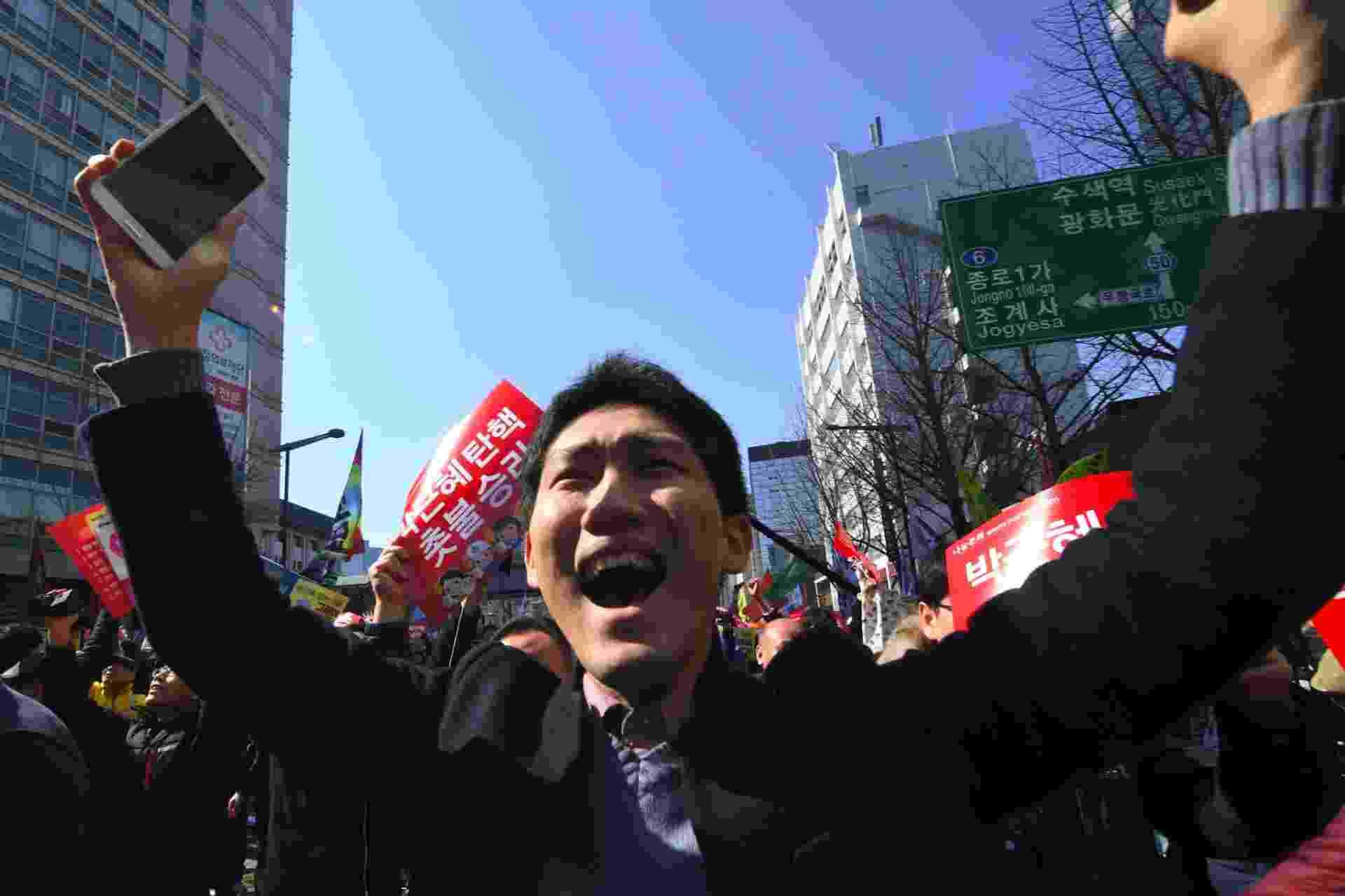 10.mar.2017 - Ativista anti-governo da agora ex-presidente Park Geun-hye comemora sua deposição nesta sexta-feira (10) em Seul - Jung Yeon-Je/AFP Photo