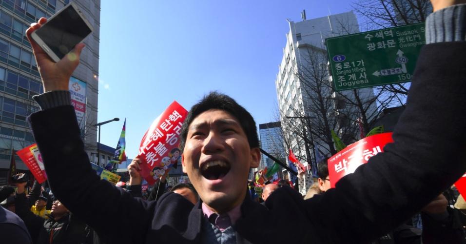 10.mar.2017 - Ativista anti-governo da agora ex-presidente Park Geun-hye comemora sua deposição nesta sexta-feira (10) em Seul