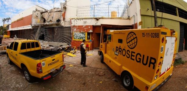 O prédio da transportadora atacada pelos assaltantes ficou destruído - Kiko Sierich / Futura Press/ Estadão Conteúdo