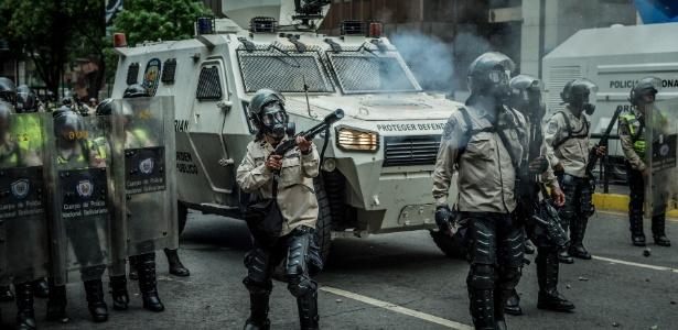 Forças de segurança enfrentam manifestantes antigoverno em Caracas, Venezuela