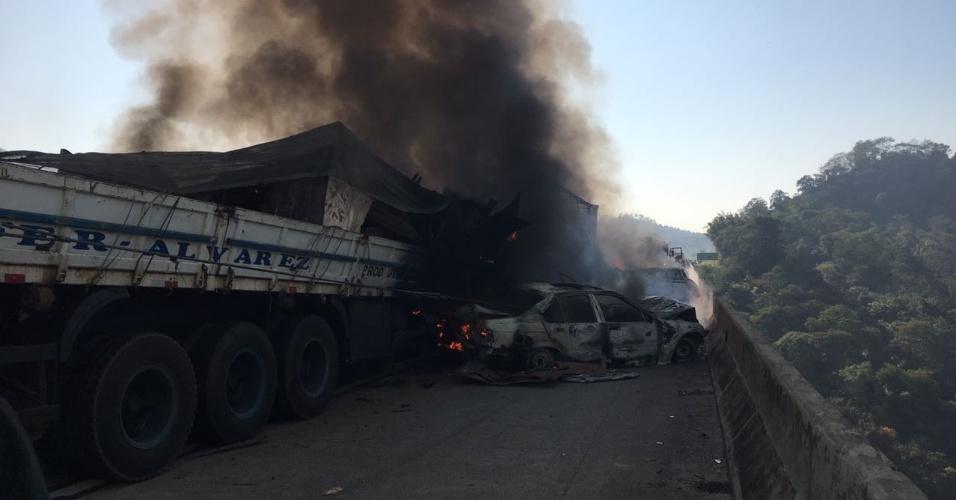 30.ago.2017 - Entre os carros envolvidos no acidente, estavam duas carretas