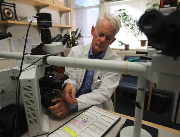 Dr. Hannes Vogel analisa lâminas de tecido cerebral em seu laboratório em Stanford, Califórnia