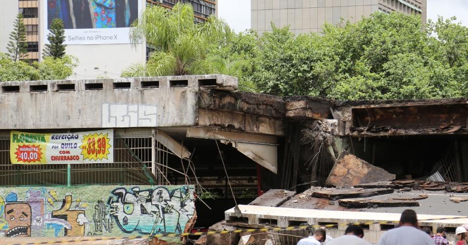 6.fev.2018 - Restaurante que fica embaixo do viaduto foi atingido; até o momento, não há registro de feridos
