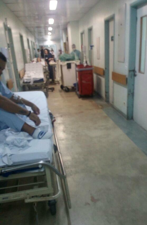 Paciente aguarda no corredor do pronto-socorro do Instituto Emílio Ribas