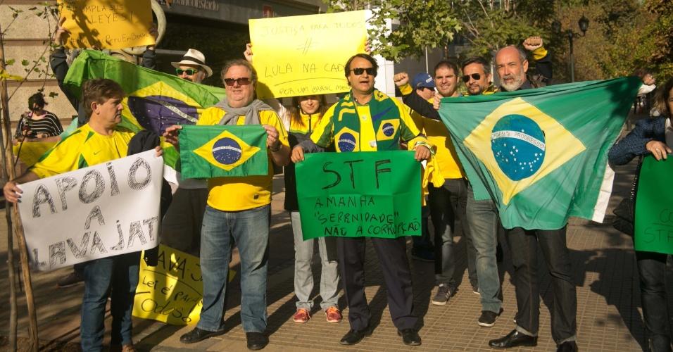 3.abr.2018 - Brasileiros que vivem no Chile protestam pela prisão do ex-presidente Luiz Inácio Lula da Silva, em frente à Embaixada do Brasil no Chile, em Santiago