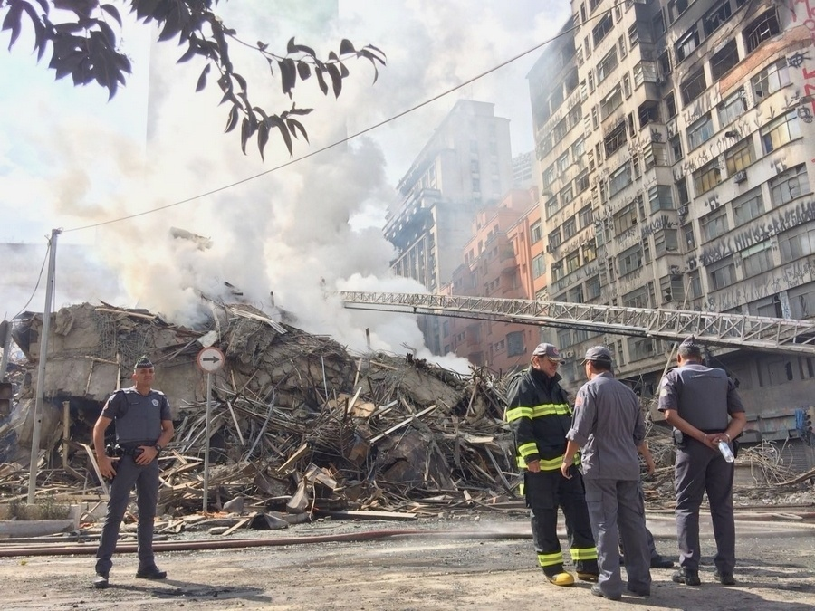 1º.maio.2018 - Equipes do Corpo de Bombeiros trabalham à procura de vítimas nos escombros do prédio que pegou fogo e desabou no centro de SP