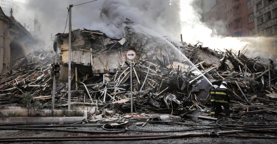 Bombeiro combate chamas em escombros do prédio de 24 andares que pegou fogo e desabou na região do Largo do Paissandu, no centro de São Paulo
