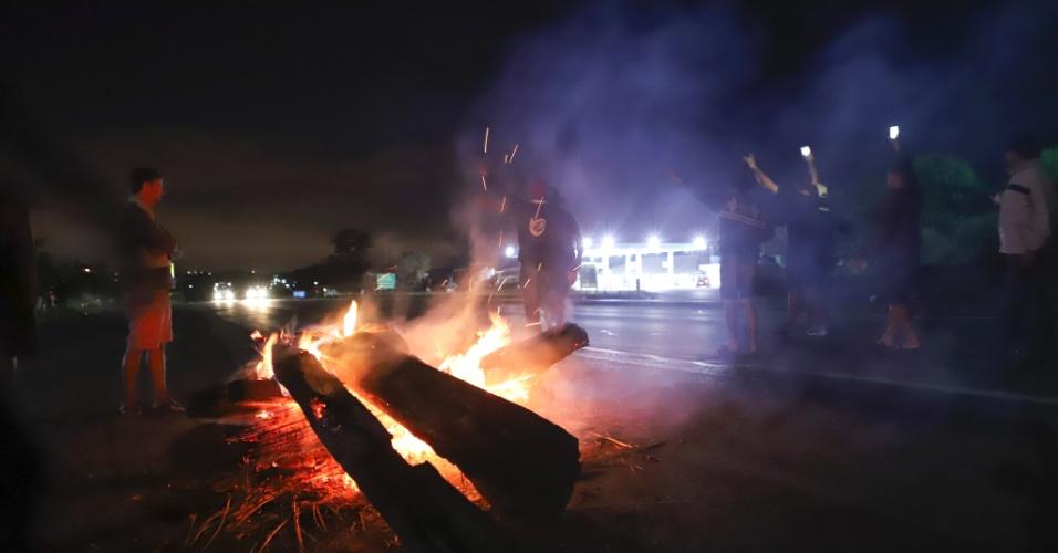 Moradores de Ribeirão das Neves, na região metropolitana de Belo Horizonte (MG), fecharam a BR-040 em apoio à greve dos caminhoneiros