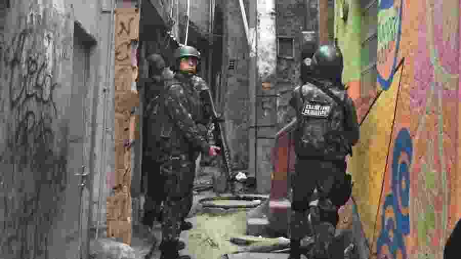 Soldados ocupam parte da favela da Rocinha, zona sul do Rio de Janeiro, onde moram ao menos 69 mil pessoas - Luis Kawaguti/UOL