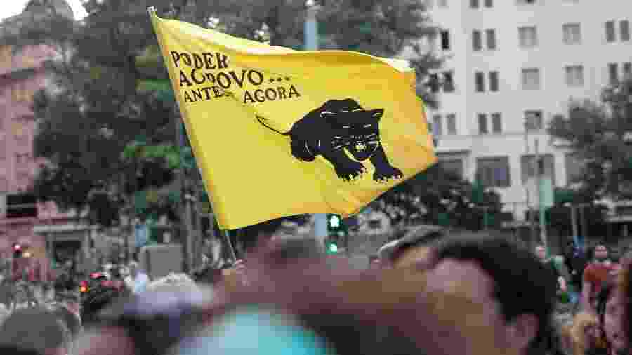 15.mar.2018 - Protesto do PSOL, em MG, contra morte da vereadora Marielle Franco teve bandeira do movimento negro do partido -  Pedro Vale/AGIF/Folhapress