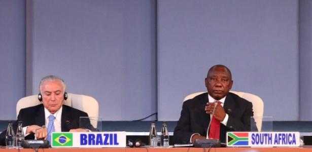 O presidente Michel Temer ao lado do presidente sul-africano, Cyril Ramaphosa, na cúpula do Brics - Mike Hutchings/AFP