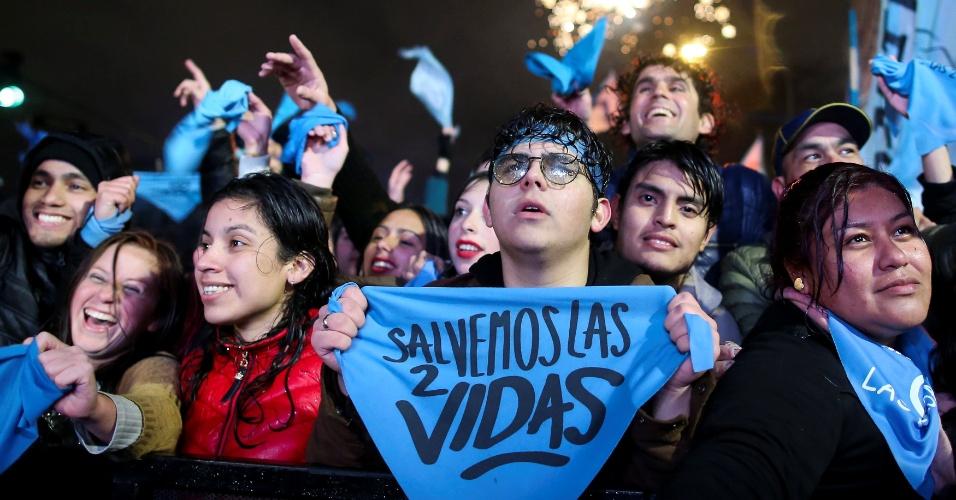 09.ago.2018 - Ativistas anti-aborto aguardam resultado sobre lei que legalizaria o aborto voluntário na Argentina.