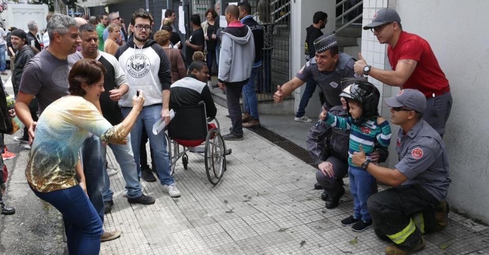 Eleitores tiram fotos com bombeiros na Faculdade Oswaldo Cruz, na Barra Funda