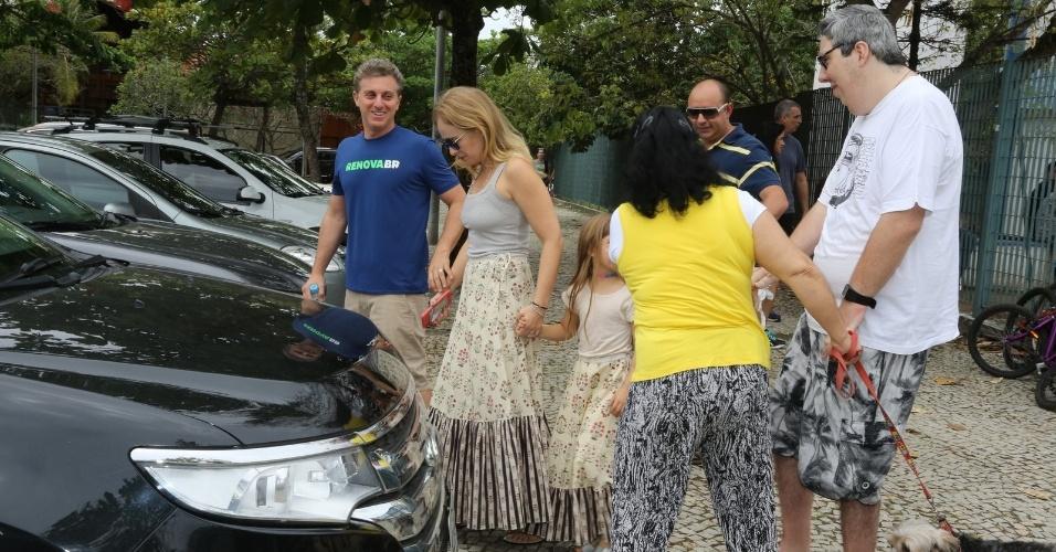 Luciano Huck e Angélica são vistos deixando colégio eleitoral no Rio