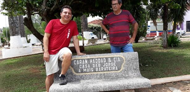 Formigão (à esq.) e Luiz na praça João Birolli, em Uchoa, onde há um banco construído pela família Haddad