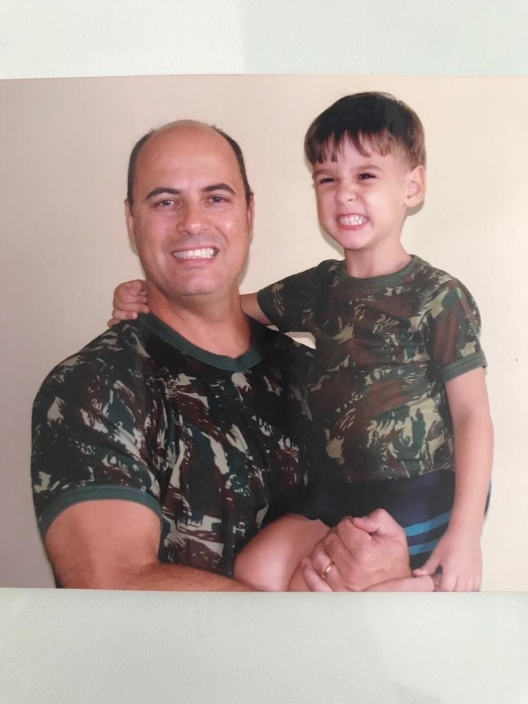 Witzel com criança usando uniforme militar
