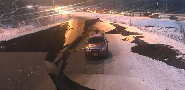 Foto de Tomasz Sulcynzski mostra sua SUV presa na estrada após terremoto que atingiu Anchorage, no Alasca