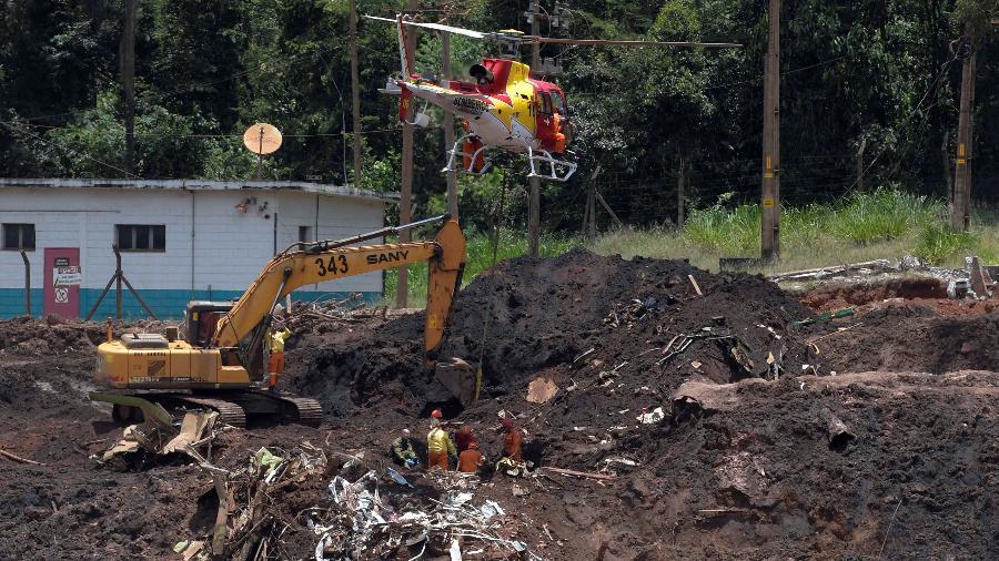 30.jan.2019 - Equipe formada por militares de Israel e agentes brasileiros de resgate procuram por vítimas entre os escombros e a lama que ficaram do rompimento de uma barragem da Vale em Brumadinho (MG) - Washington Alves/Reuters