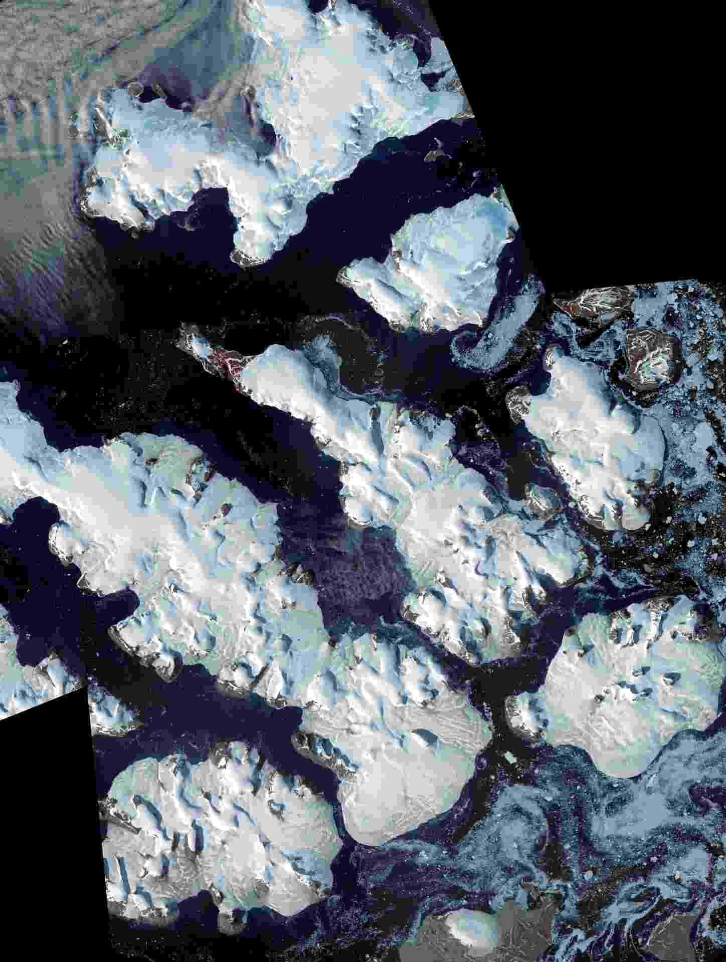 """A Nasa lançou nesta quarta (20) """"Earth"""", livro de 168 páginas de belas imagens de satélite que mostram a atmosfera, a água, a terra, o gelo e a neve do planeta. Por US$ 53 (R$ 208), você pode comprar uma versão em capa dura do livro, mas a agência espacial disponibilizou todas as imagens em alta resolução. Clique no link Mais para acessar, e depois em """"View the Full Story"""" para baixar cada imagem - Earth Observatory/Nasa"""