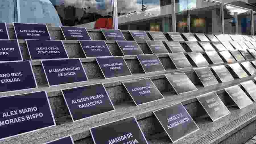 Placas com os nomes dos mortos e desaparecidos na tragédia de Brumadinho são colocadas na escadaria da sede da Vale no Rio  - Reprodução/Facebook