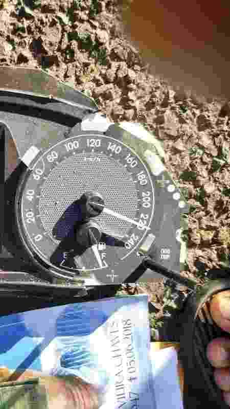 Pedaço do carro mostra velocímetro travado na velocidade de 220km/h - Divulgação/Polícia Rodoviária Federal