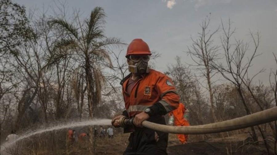 """""""Não temos mais homens, não há voluntários o bastante"""", conta a mulher de um dos que têm ajudado no combate às chamas - Marcelo Pérez Del Carpio/BBC"""