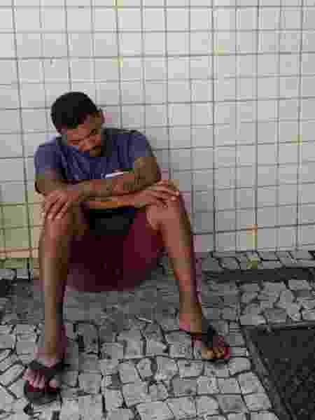 16.out.2019 - Roberto dos Santos aguarda informações sobre o irmão, que trabalhava no prédio que desabou em Fortaleza - Daniel Herculano/Colaboração para o UOL
