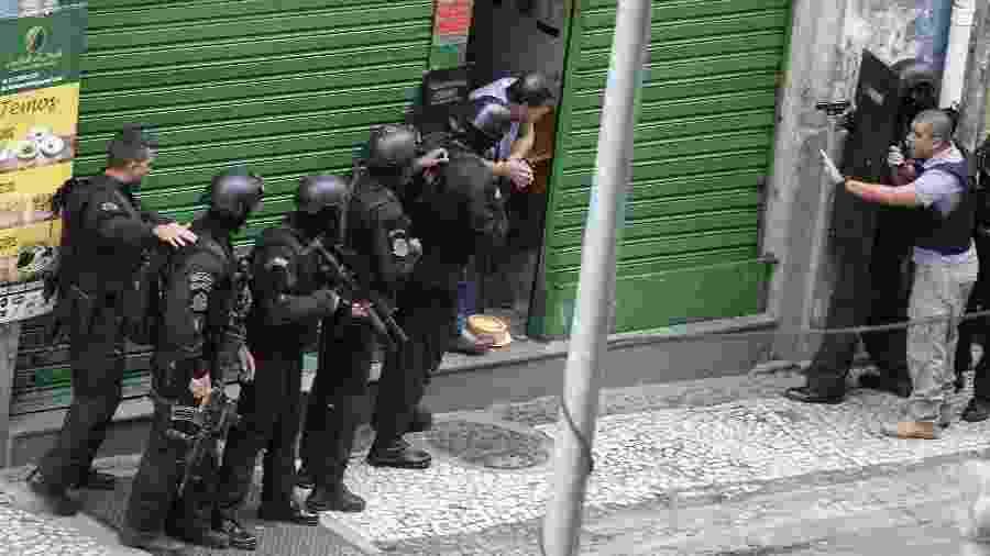 29.nov.2019 - Homem faz reféns em bar na Lapa, no centro do Rio - CLÉBER MENDES/AGÊNCIA O DIA/AGÊNCIA O DIA/ESTADÃO CONTEÚDO