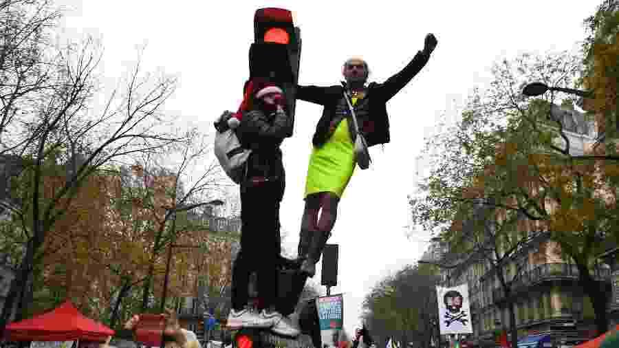 5.dez.2019 - Manifestantes sobrem em semáforo durante greve geral na França - Alain Jocard/AFP