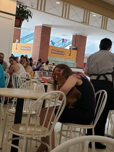 Mulher levou galo para passear no Praia de Belas Shopping, em Porto Alegre - Luiz Caldas Milano Júnior