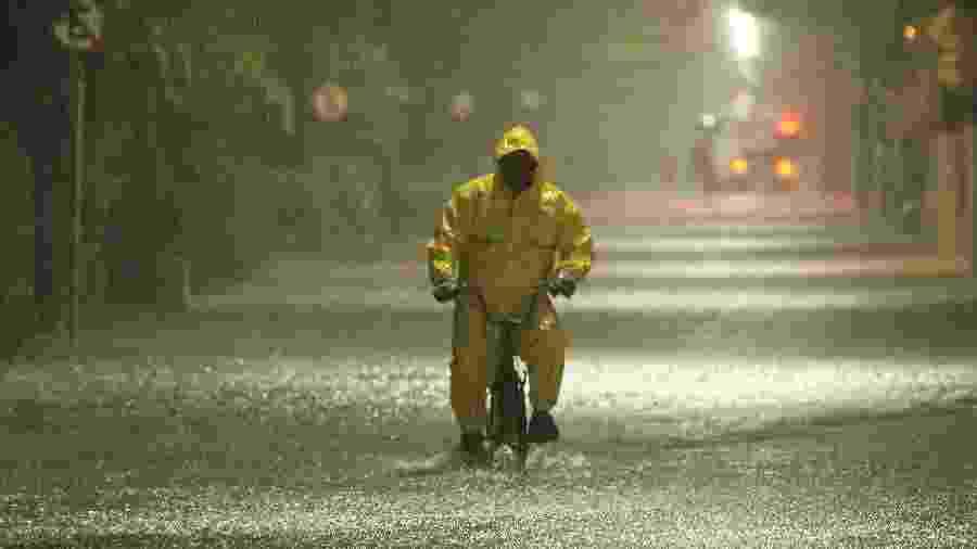 Ciclista enfrenta chuva  na Avenida Senador Pinheiro Machado com rua Nove de Julho no bairro da Marapé, em Santos - Fabrício Costa/Estadão Conteúdo