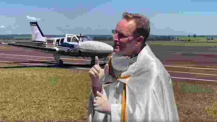 Padre Emerson Rogério Anizi usou um avião para espalhar água benta como proteção ao novo coronavírus - Reprodução/Facebook