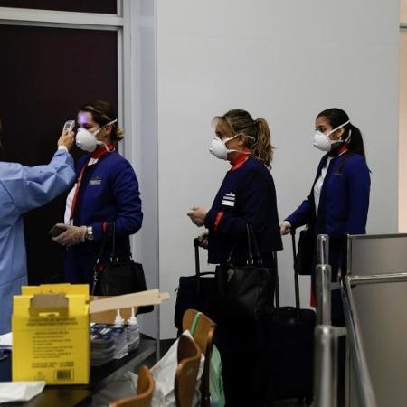Medida de controle ao coronavírus no desembarque do aeroporto internacional do Galeão, no Rio de Janeiro - RICARDO MORAES