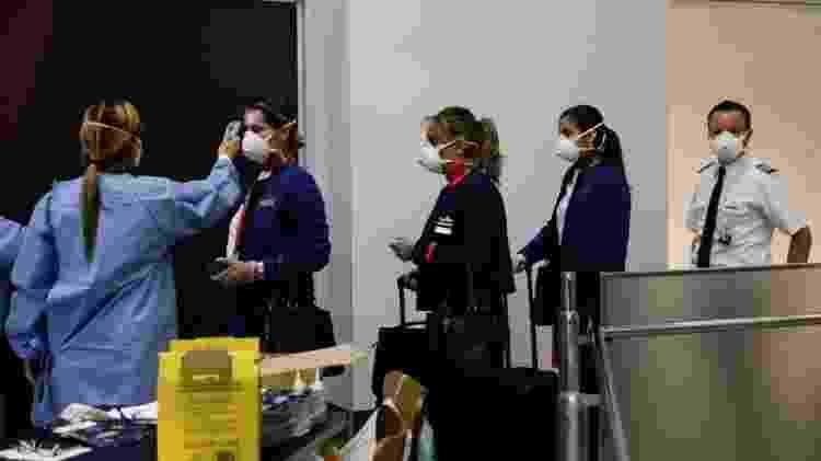 Medida de controle ao coronavírus no desembarque do aeroporto internacional do Galeão, no Rio de Janeiro - RICARDO MORAES - RICARDO MORAES