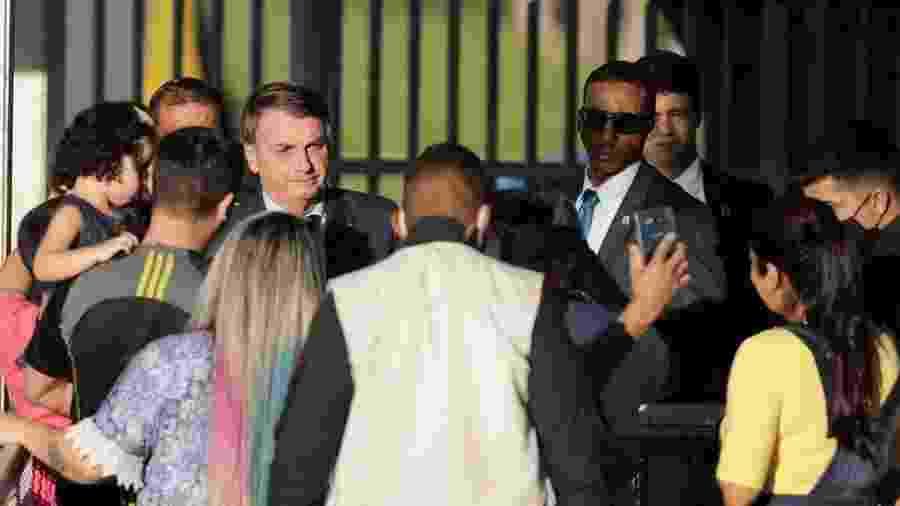 Desde o início da pandemia, presidente Jair Bolsonaro tem criticado medidas de isolamento social e interagido com apoiadores sem máscara, ignorando recomendações da Organização Mundial de Saúde - Marcello Casal Jr/Agência Brasil
