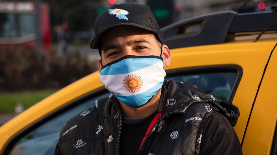 Taxista usa máscara com a bandeira da Argentina em Buenos Aires durante pandemia do coronavírus - Ricardo Ceppi/Getty Images