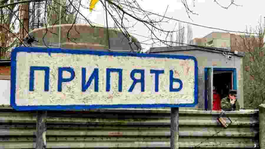 Placa de Pripyat perto do ponto de verificação na entrada da cidade fantasma de Prypiat, na zona de exclusão de Chernobil, na Ucrânia - Maxym Marusenko/NurPhoto via Getty Images