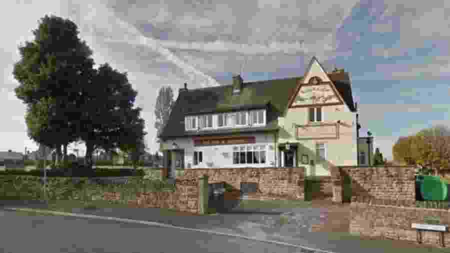 O pub Fox and Hounds em Batley, West Yorkshire, disse que um cliente ligou para dizer que havia recebido um resultado positivo para covid-19 - Google