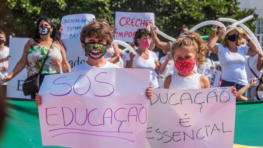 Protesto das escolas e creches particulares do Rio de Janeiro pedindo a reabertura, em Copacabana, neste domingo - GABRIEL BASTOS/FUTURA PRESS/FUTURA PRESS/ESTADÃO CONTEÚDO