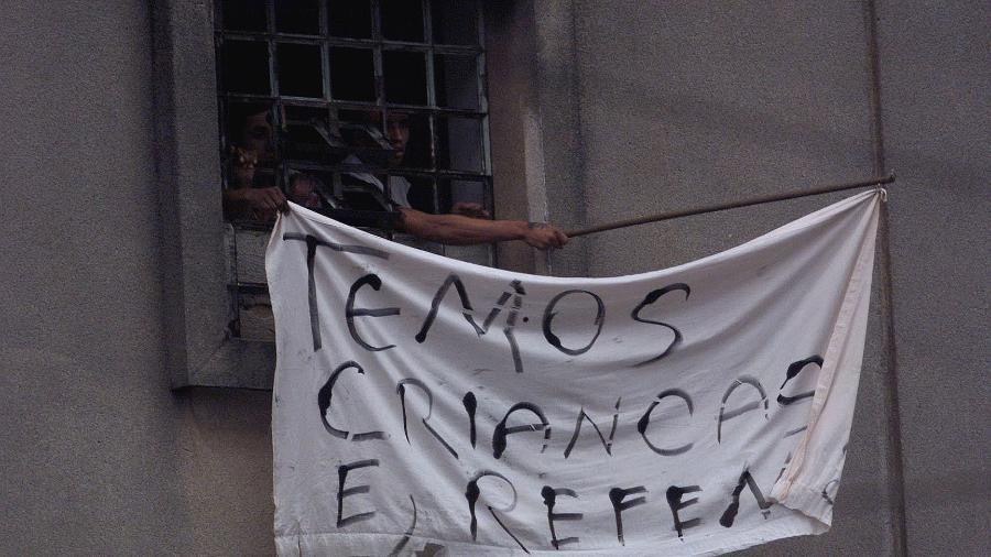 Presos alertam sobre a presença de crianças entre os reféns na rebelião no Carandiru - 18.02.2001 - Eduardo Knapp/Folhapress