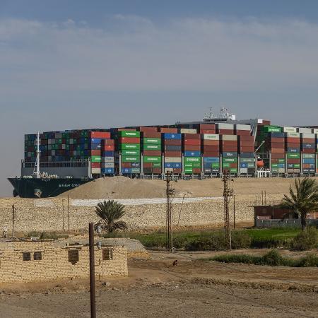 Arquivo - Congestionamento causado pelo encalhe do cargueiro Ever Green (foto) segue de grandes proporções - Mohamed Shokry/picture alliance via Getty Images