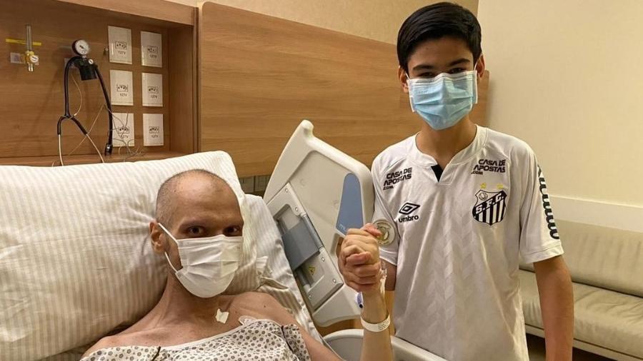 Bruno Covas (PSDB) posa ao lado do filho Tomás Covas após deixar UTI do Hospital Síro-Libanês, em São Paulo - Reprodução/Instagram